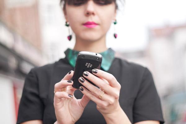 con gái dùng blackberry
