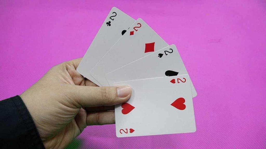 Mơ thấy đánh bài có tứ quý đánh con gì